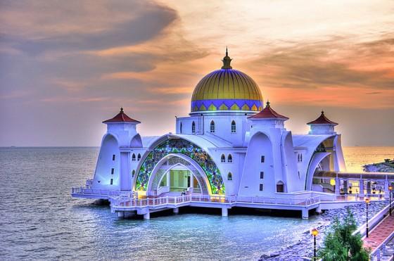 Malacca-Straits-Mosque-1-560x371